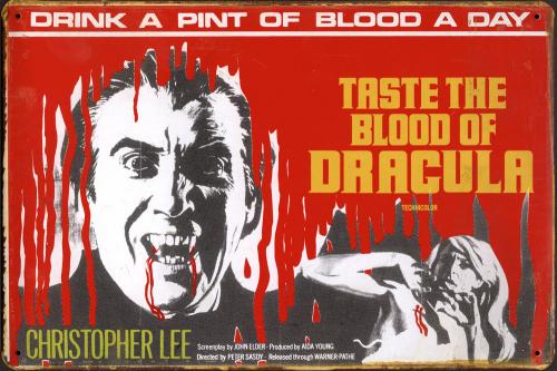 Blechschild »Taste The Blood of Dracula«.