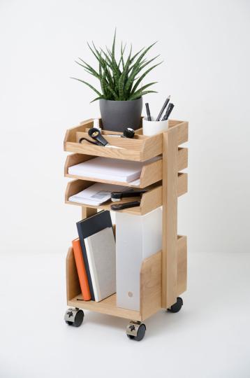 Büro-Rollwagen aus Holz.