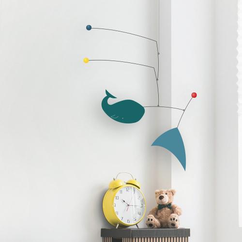 Designer-Mobile mit Walfisch-Baby »Léo«.