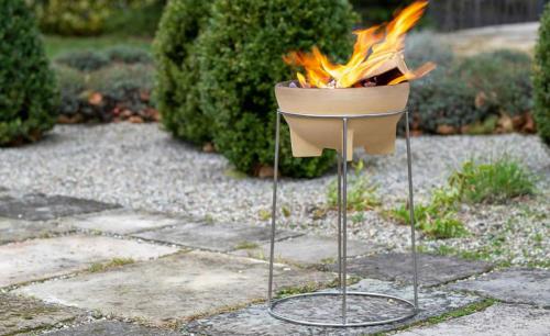 Feuerschale aus Keramik mit Ständer aus Edelstahl.