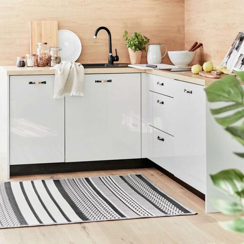 Gemusterter Teppich mit schwarz-weißen Streifen.