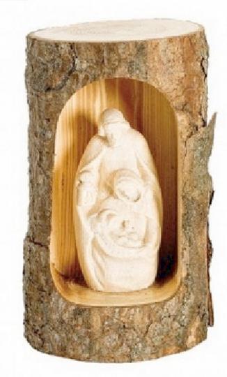 Heilige Familie. Krippenszene in einem Baumstamm.