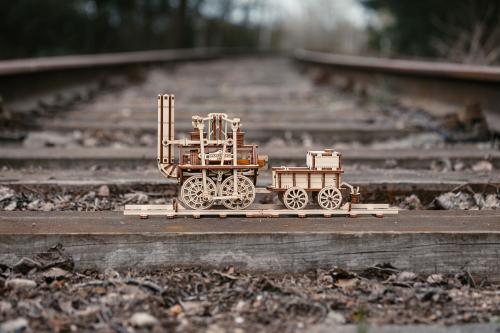 Holzbausatz »Dampflokomotive Locomotion 1824«.