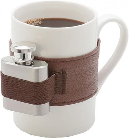 Kaffeebecher mit Flachmann.
