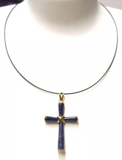 Lapislazuli-Kreuz an Halsreif.
