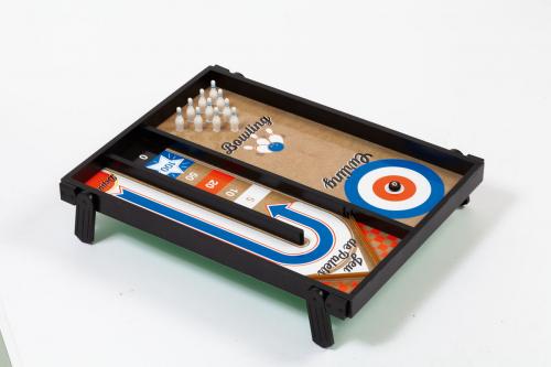 Spieltisch mit vier Spielen.