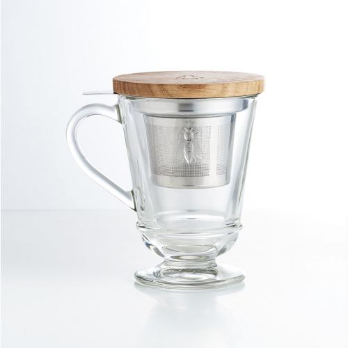 Teeglas mit Sieb und Holzdeckel.