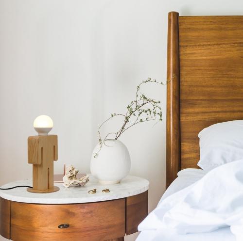 Tischlampe »Mann aus Holz«.