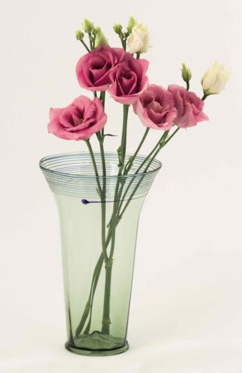 Vase & Gotisches Glas mit Spiraldekor.