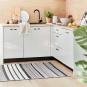 Gemusterter Teppich mit schwarz-weißen Streifen. Bild 1