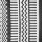 Gemusterter Teppich mit schwarz-weißen Streifen. Bild 3